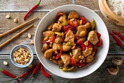 Čína z kuřecího masa s chilli papričkami a arašídy