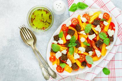 Rajčatový salát s mozzarellou a krutony