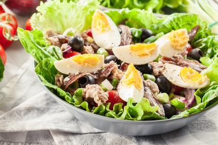 Tuňákový salát s vajíčkem a olivami