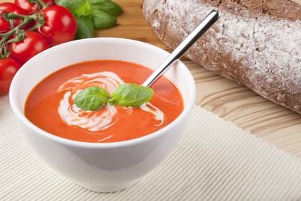 Tomatová polévka sbazalkou