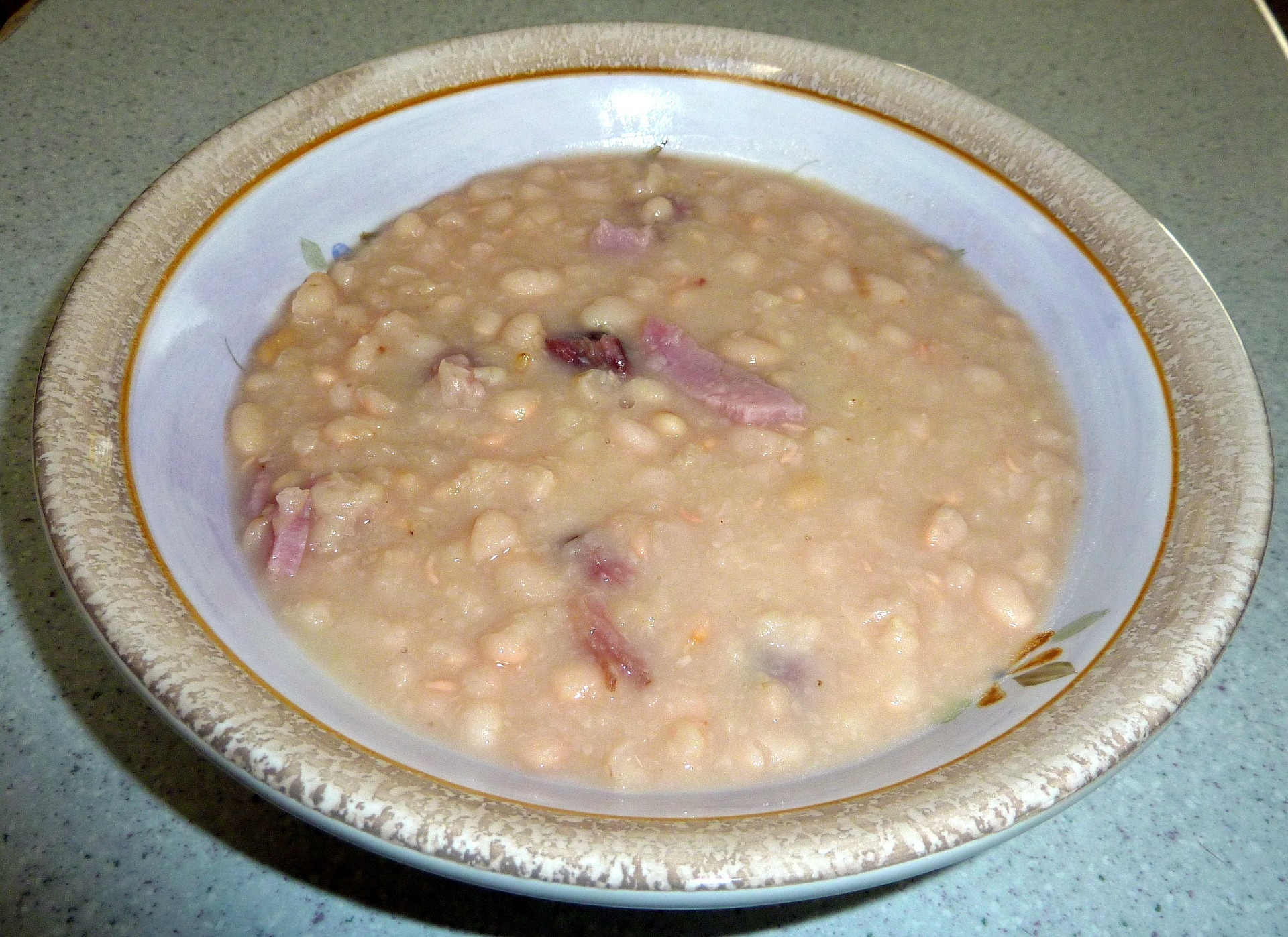 Fazolová polévka s uzeným masem