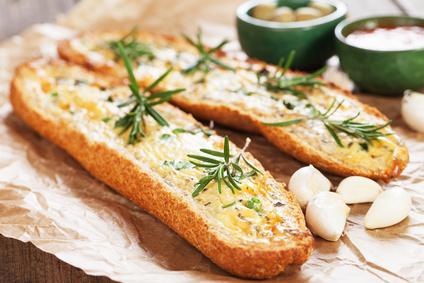 Bageta s bylinkovým máslem