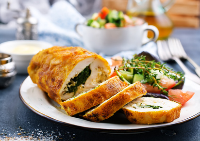 Smažená kuřecí roláda se špenátem a sýrem