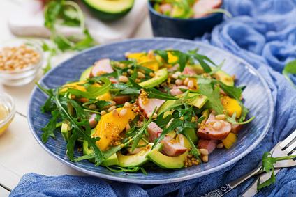 Salát s avokádem a uzeným kuřetem