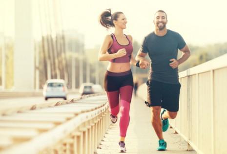 Správně vybrané oblečení na běhání nám může zlepšit požitek ze sportu.  Funkční prádlo má určitě smysl. ec1bdd7ec4