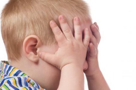 Narůstající retinoblastom zvyšuje tlak v oku. V tomto stadiu už si děti stěžují na bolesti.