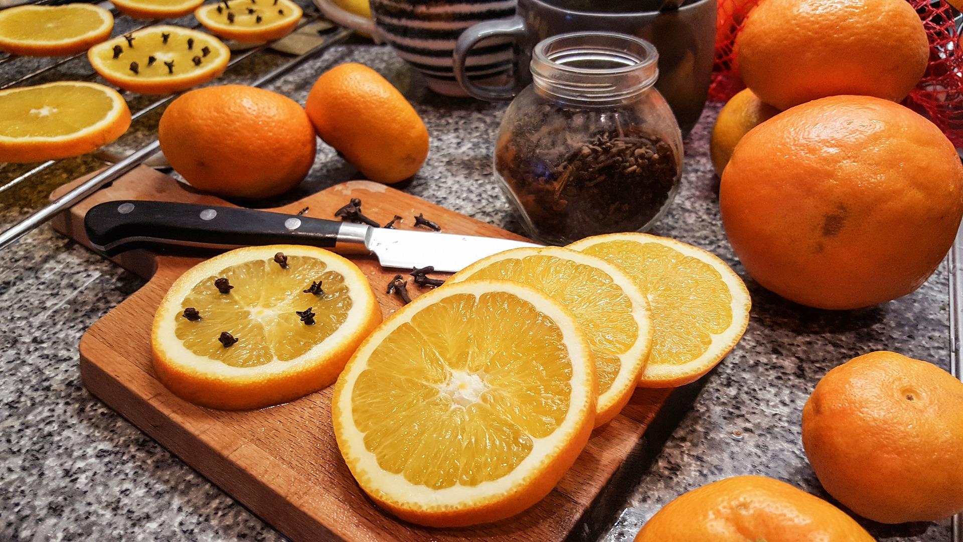 Aromatický hřebíček se hodí i k tvoření citrusových ozdob na stromeček.