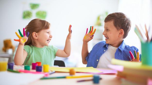 Malování rukama bude děti velice bavit!