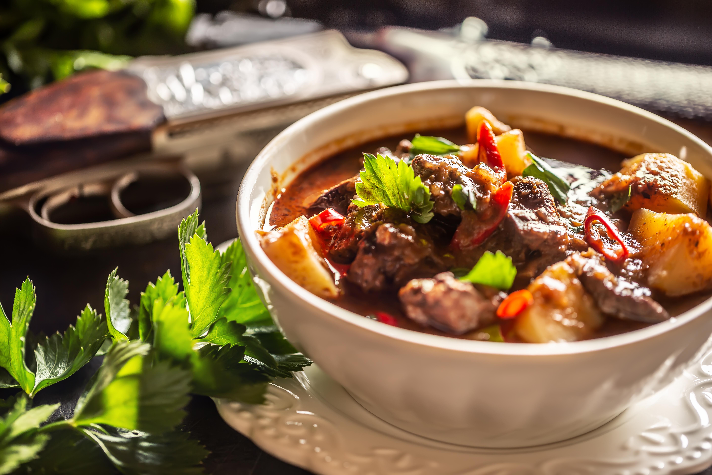 Jelení guláš si můžete připravit se zdravou kořenovou zeleninou a bramborami.
