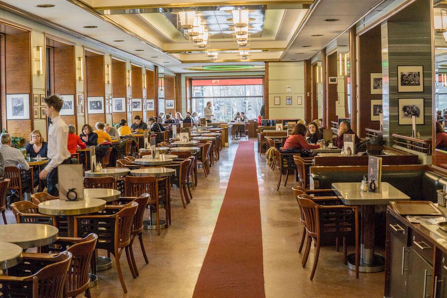 Kavárna Slavia v Praze je velmi známá. Hojně ji vyhledávají hlavně turisté.