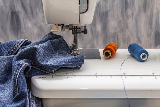 Pokud umíte šít na šicím stroji, otevírají se vám větší obzory ohledně upotřebení starých džínů.