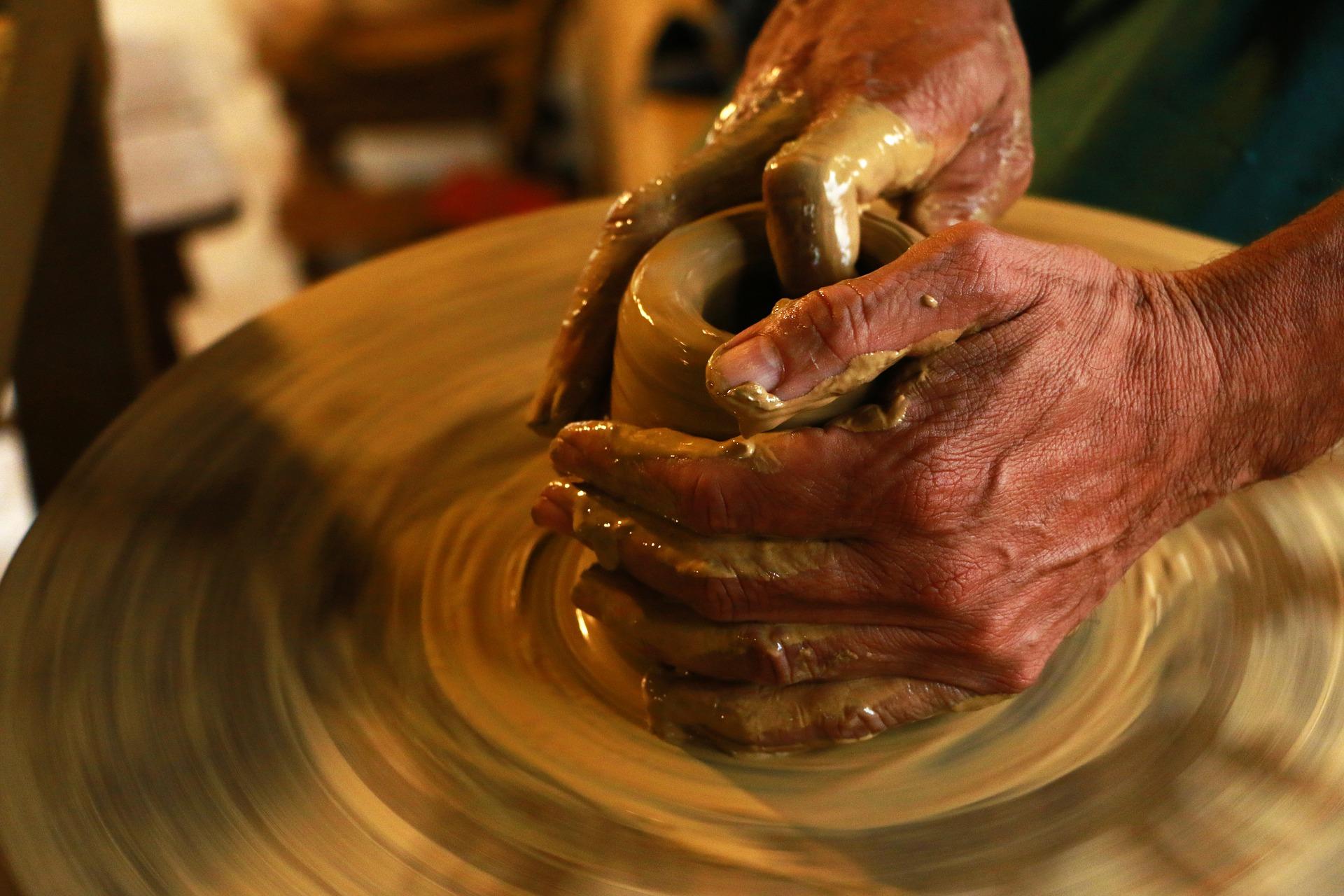Někteří senioři jistě ocení i docházení do tvůrčích dílen, kde mohou tvořit třeba na hrnčířském kruhu.