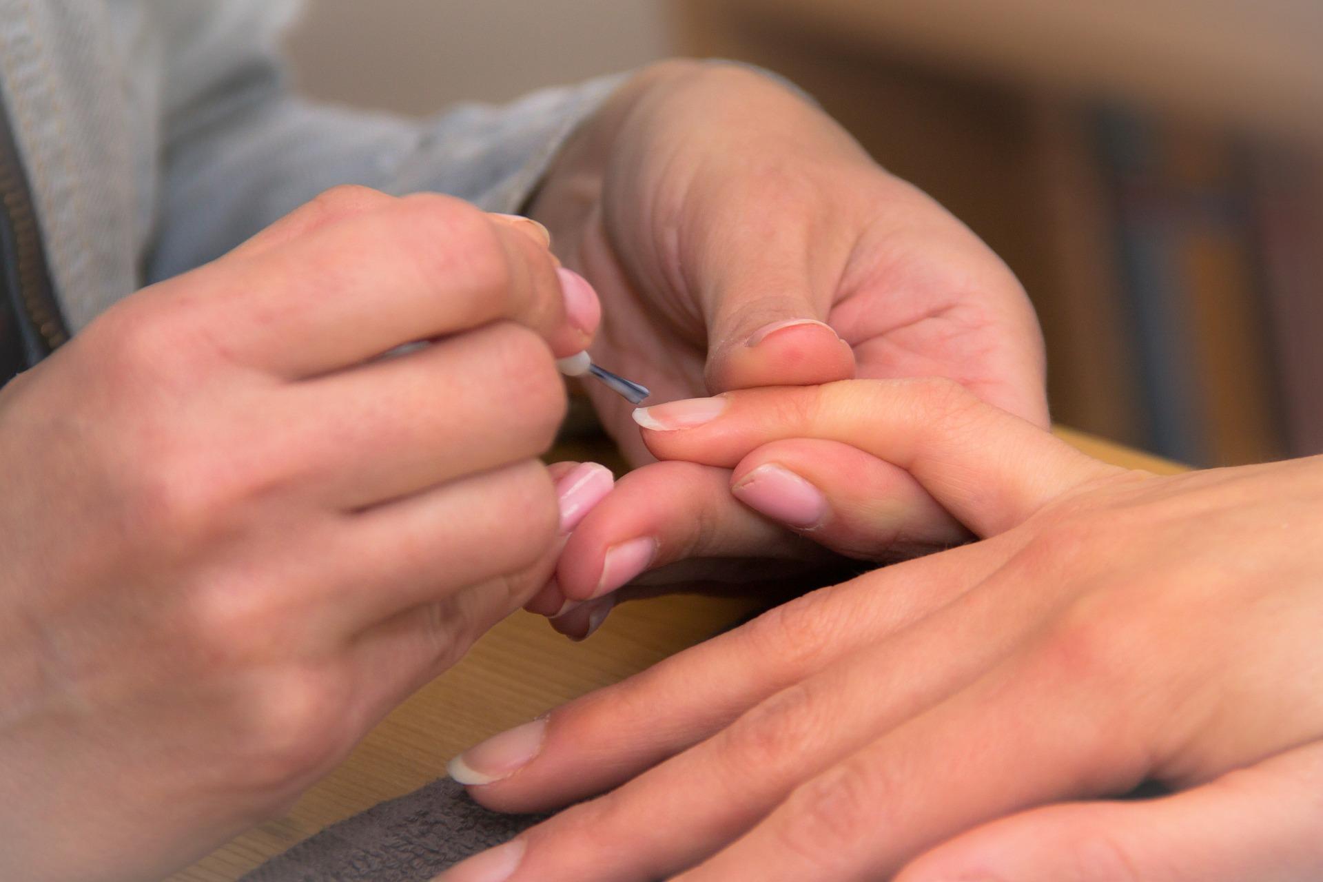 K pevnějším nehtům může dopomoci i pravidelná manikúra.