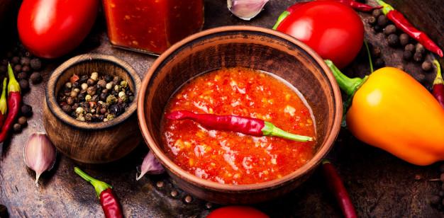 Teplé omáčky k masu budou vynikající i s příměsí čerstvé chilli papričky.