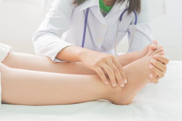 Dlouhodobé otoky nohou by měl řešit lékař.