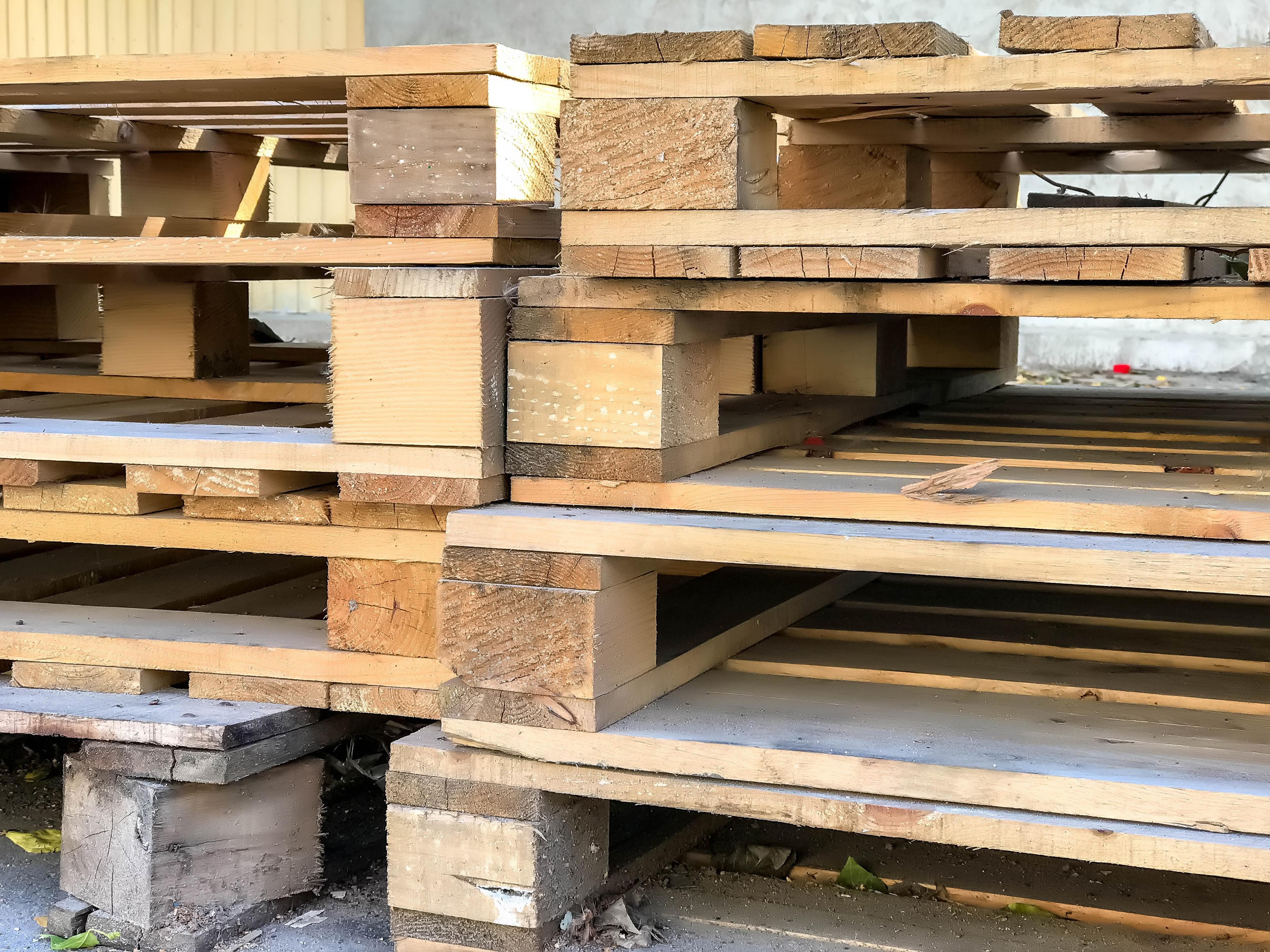 I dřevěné palety se dají použít na výrobu originálních květináčů.
