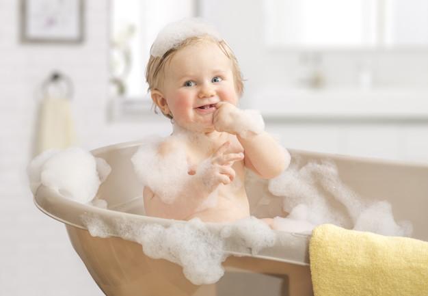Domácí pěna do koupele je v mnoha případech vhodná i pro koupání dětí. Z bublinek budou nadšené!