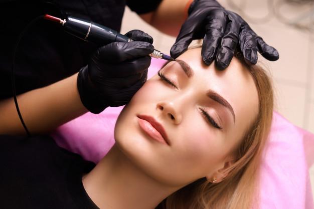 Husté obočí lze získat i permanentním make-upem.
