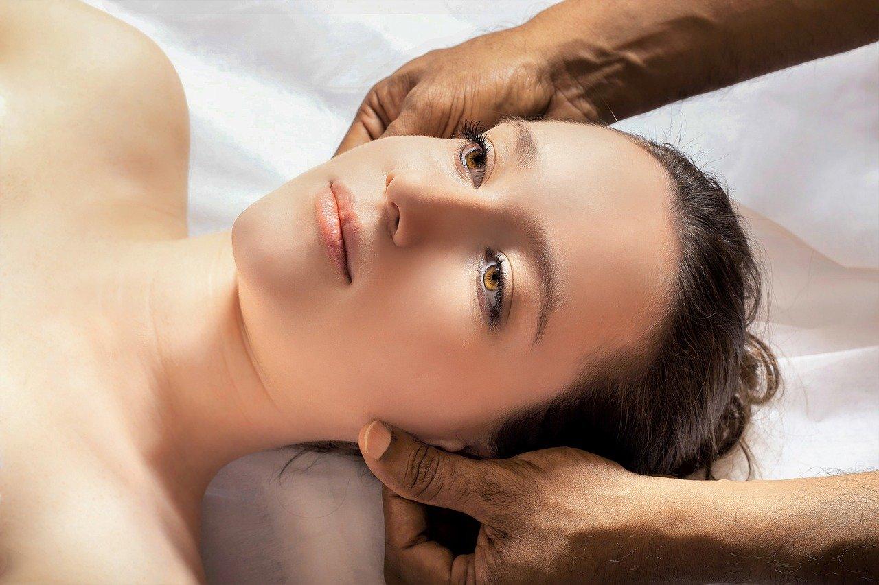 Indická masáž hlavy může podpořit růst vlasů