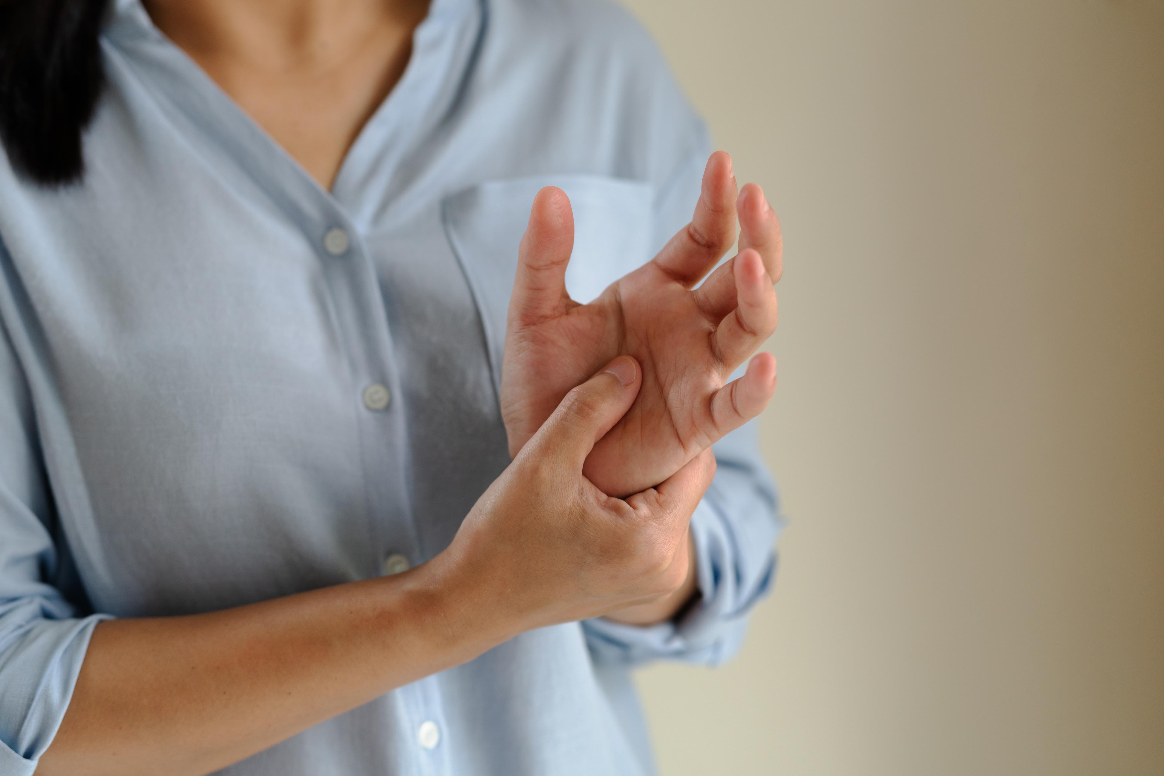 Revmatoidní artritida je častou příčinou bolesti kloubů.