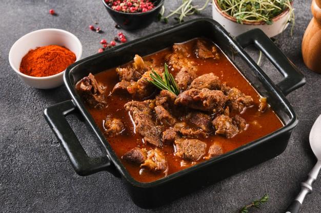 Maďarská paprika je součástí pikantního maďarského guláše.
