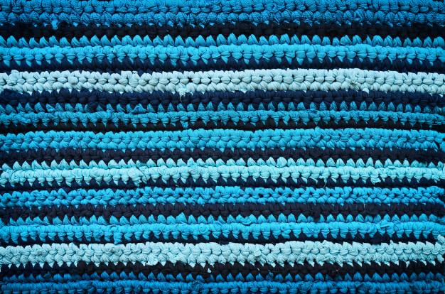 Staré oblečení lze použít k výrobě koberečku.