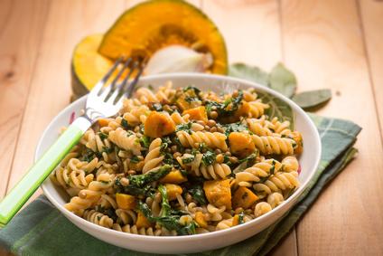 Těstoviny se špenátem, dýní a čočkou