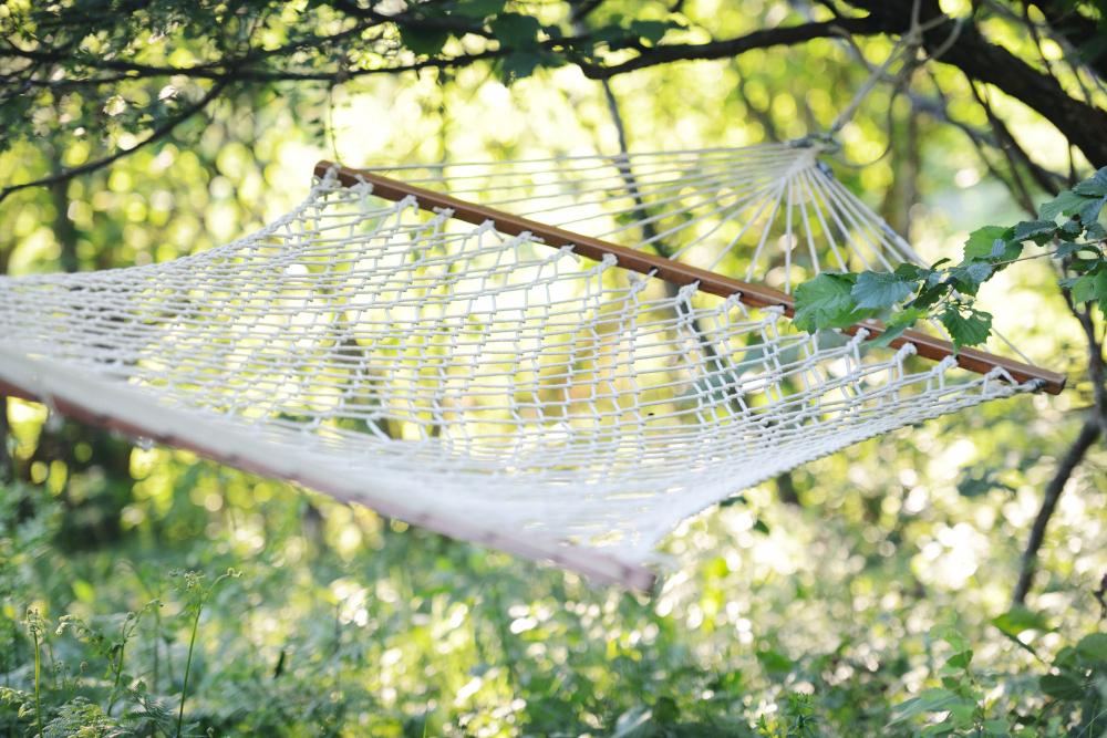 Odpolední spánek lze praktikovat kdekoliv, třeba i na čerstvém vzduchu, v zahradní síti