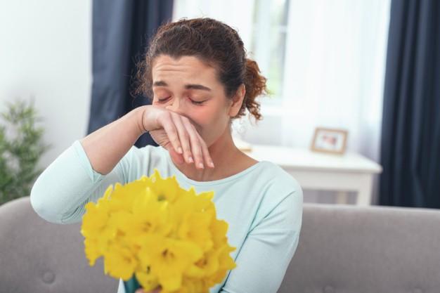 Senná rýma se může vyvinout i po vystavení pylu z květin.