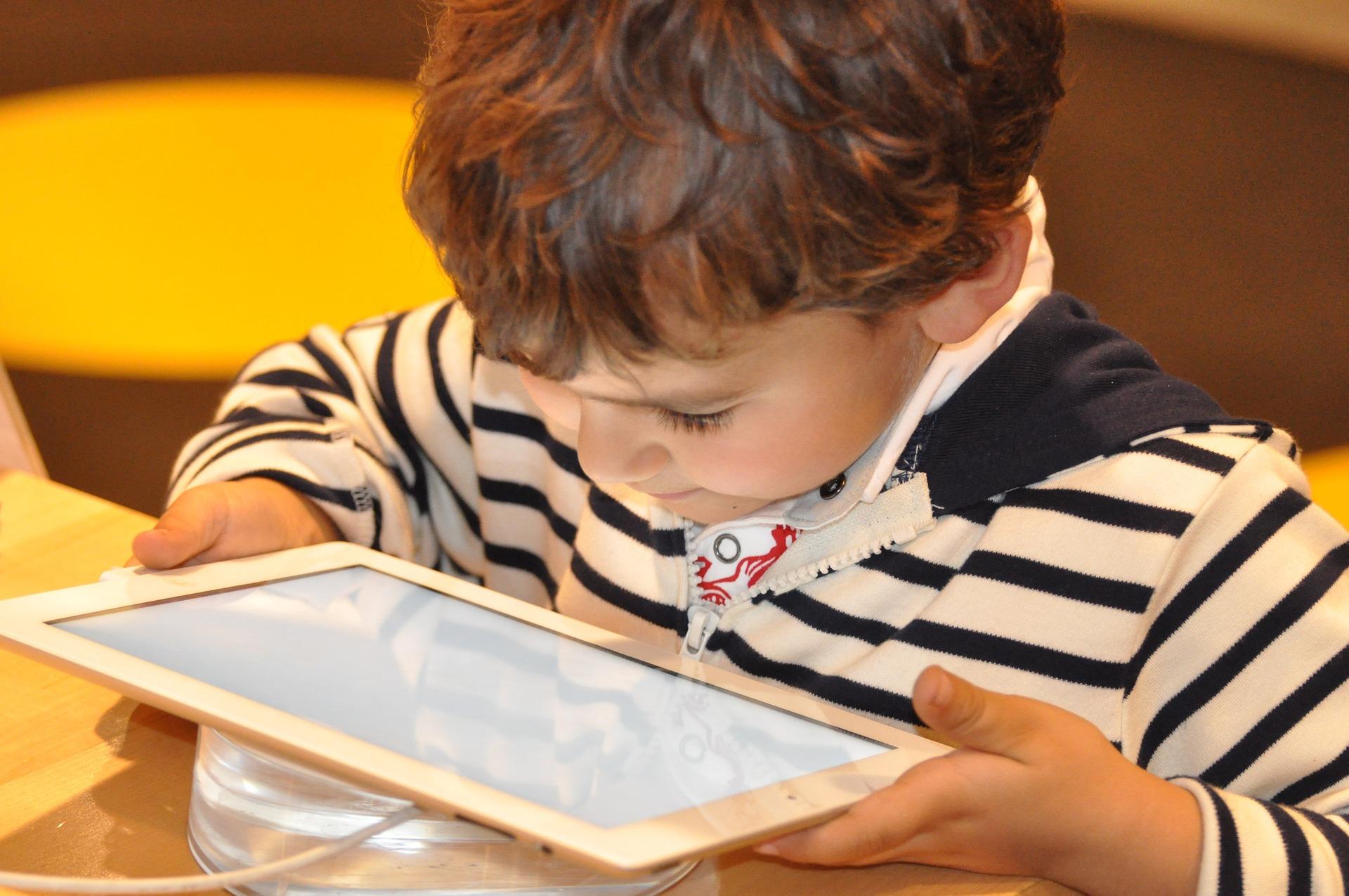 Výchova dítěte je v moderní době často provázena moderními technologiemi. Je to správné?