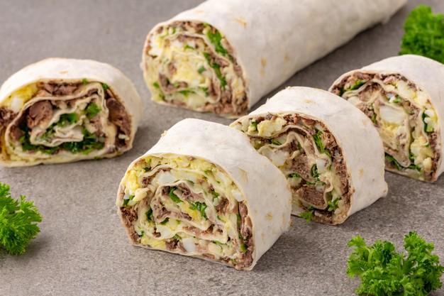 Plněné tortilly se skvěle hodí nejen na zdravou svačinu, ale i k obědu a večeři.
