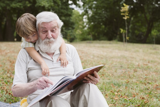 I role dědečka je během prázdnin důležitá, a to zejména pro chlapce.